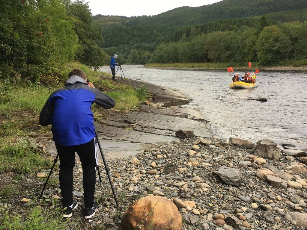 Actionfotografering av rafting.