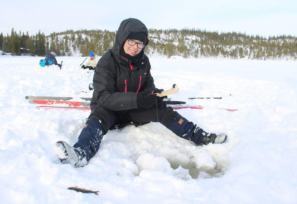 Elev på linja Friluftsliv og Idrett på isfiske.