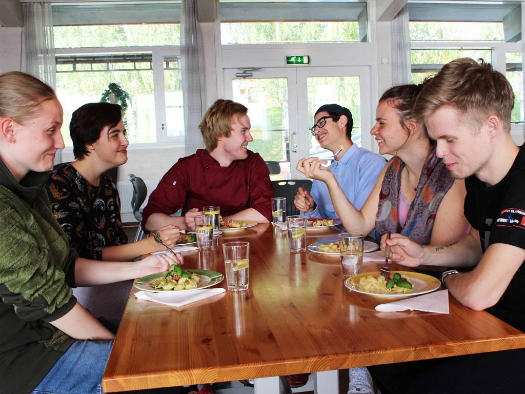 God stemning i matsalen på Peder Morset Folkehøgskole.