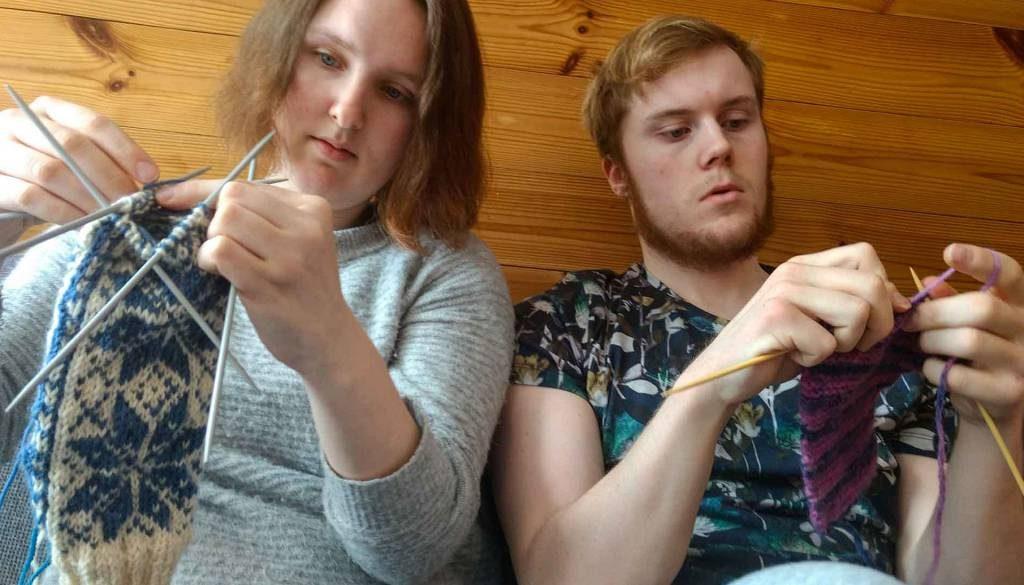 Erlend og Ann Kristin strikker.