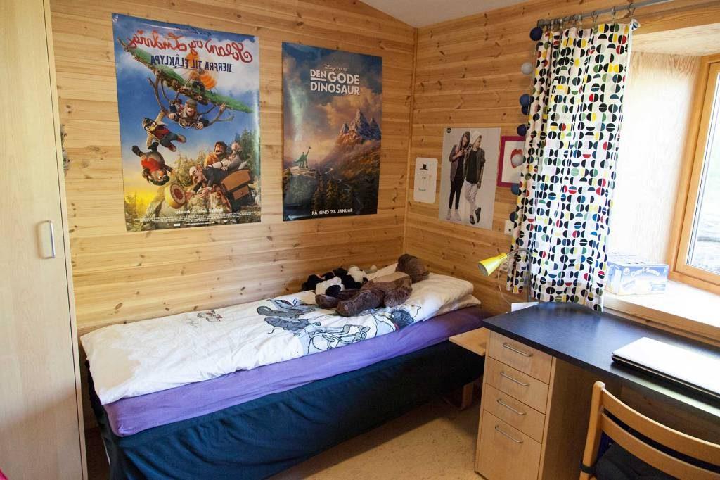 Internatrom med seng, skrivepult og klesskap.