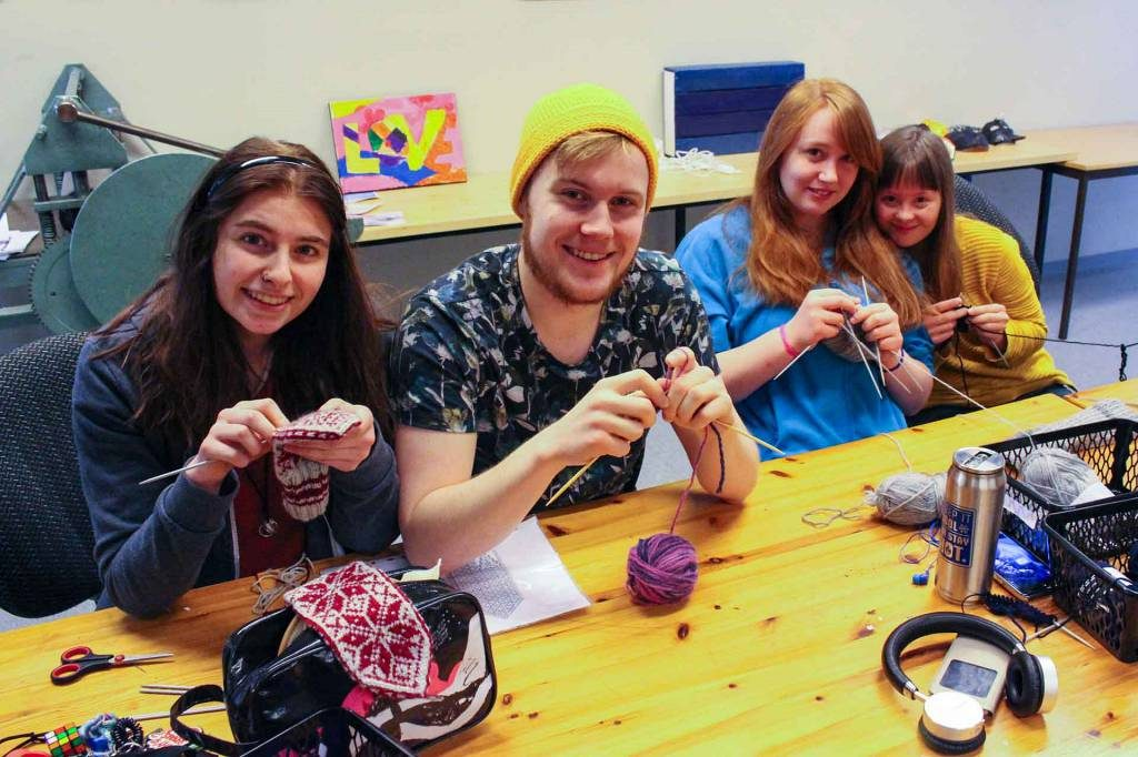 Elever på Strikkelinja på Peder Morset Folkehøgskole som strikker.