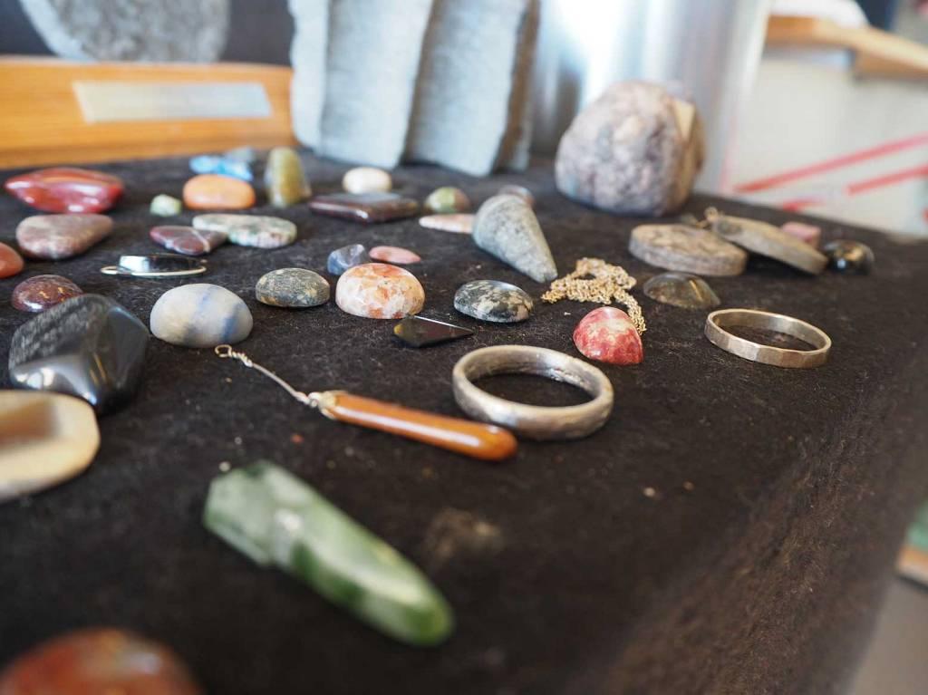 Steinsliping av smykker gjort av elever på linja Design og Håndverk.