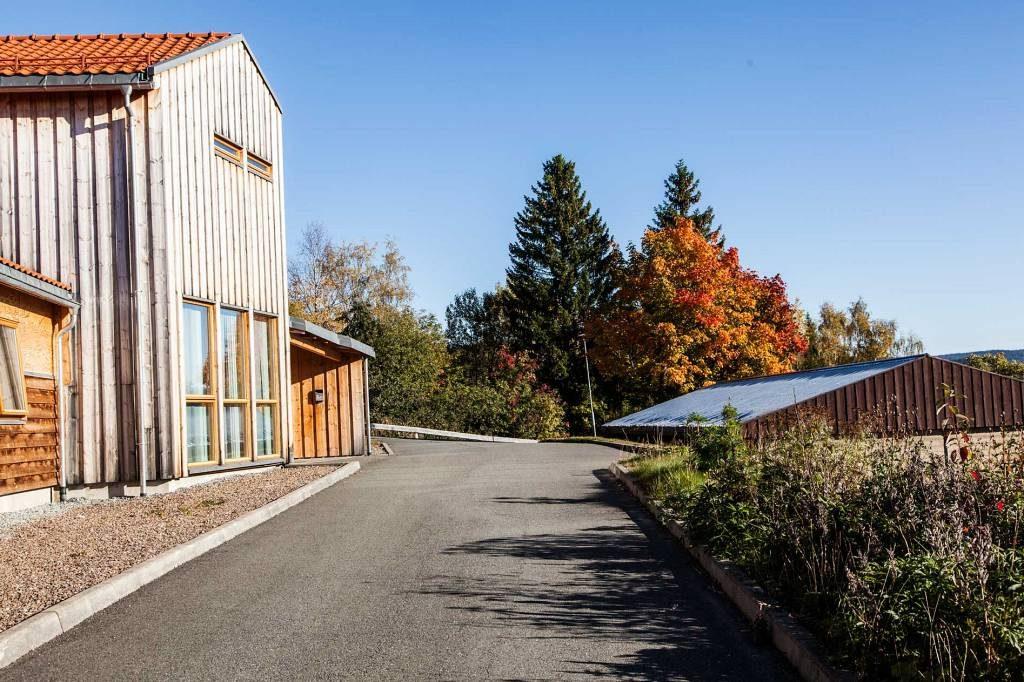 Internatene på Peder Morset Folkehøgskole er arkitekttegnede. Bilde av hus 1.