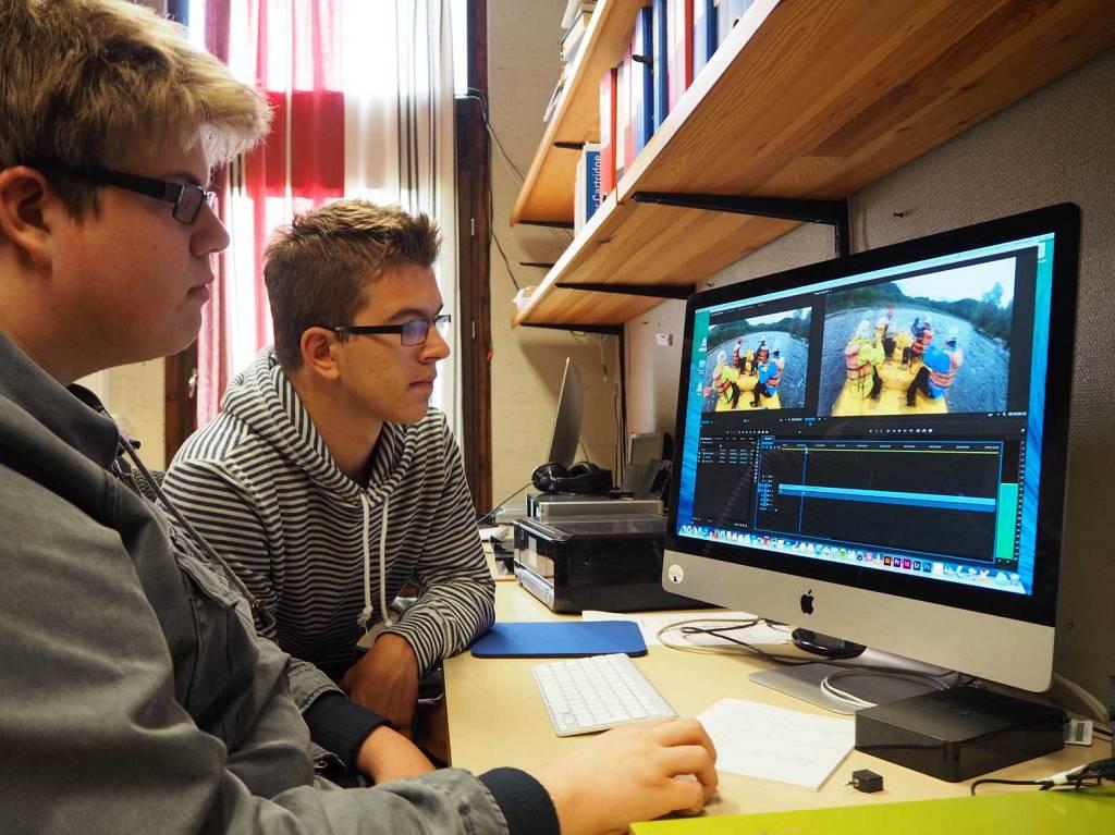 Elever i gang med videoredigering.