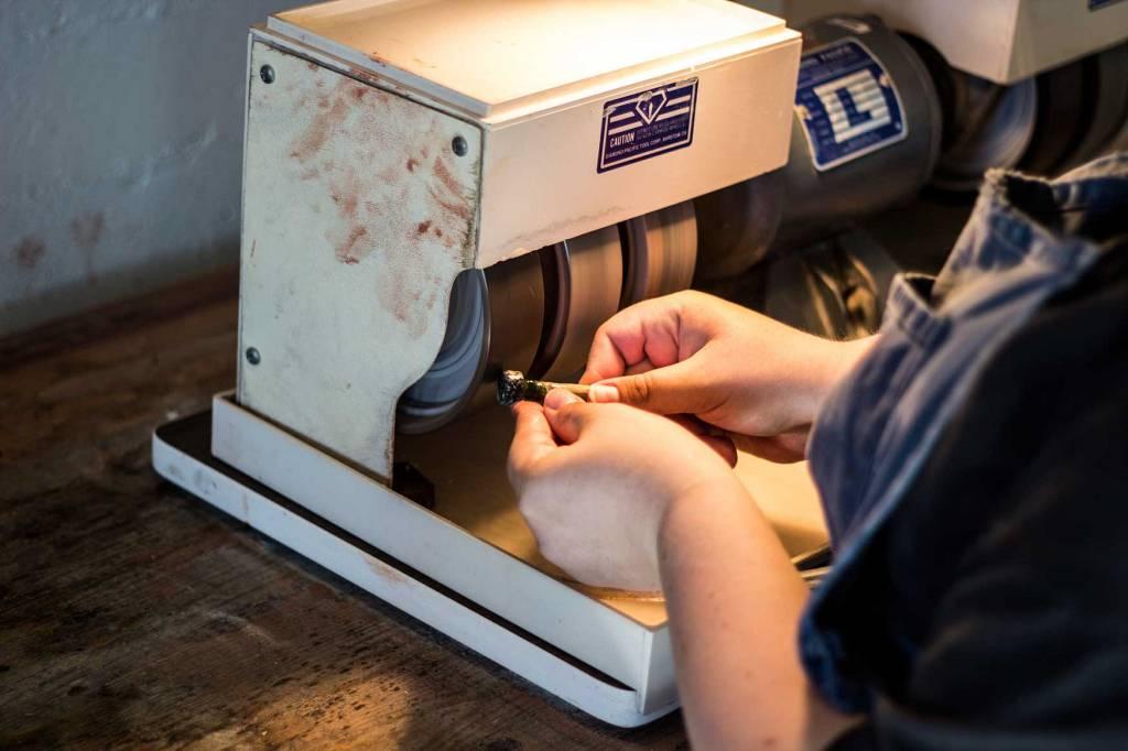 Folkehøgskolen har egne slipemaskiner til blant annet steinsliping.