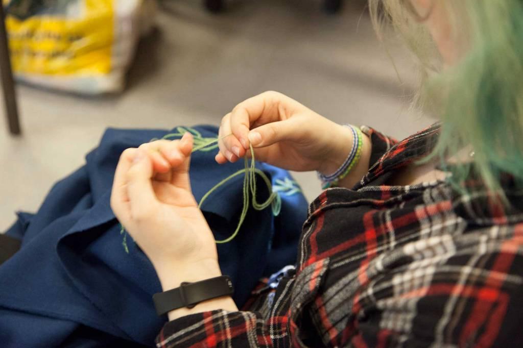 Elev i gang med klesdesign.